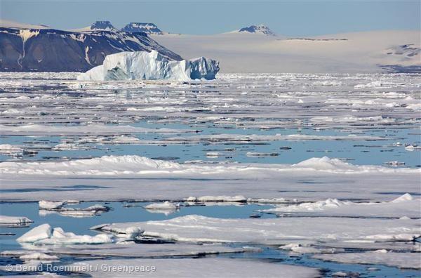 Hielo flotante en Svalbard, en el Ártico noruego