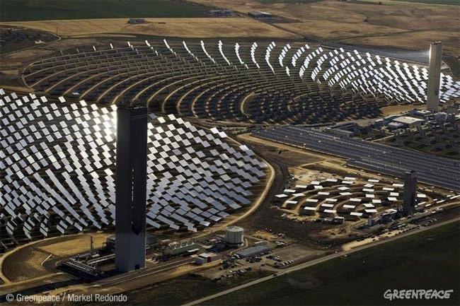 Campo de placas solares. Energía renovable