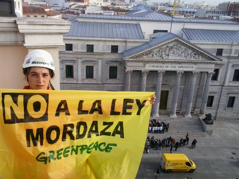 Un activista dice No a la Ley Antiprotesta frente al Congreso de los Diputados