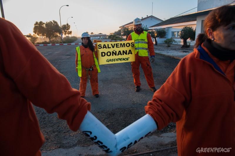 """29/11/2016, Doñana, Almonte, Huelva, Andalucia, España. Activistas de Greenpeace paralizan las obras de Gas Natural Fenosa en Doñana por sus daños a este Espacio Protegido. Greenpeace ha comenzado a primera hora de la mañana una acción de protesta en las instalaciones de Gas Natural Fenosa en el entorno de Doñana. Más de una veintena de activistas de Greenpeace han paralizado las obras para extraer y almacenar gas en este espacio protegido, bajo los lemas Salvemos Doñana y Resistencia Doñana. Greenpeace ha montado un campamento de resistencia a la entrada de la instalación con activistas bloqueados y con una gran pancarta en la que se lee """"Doñana no es un almacén de gas"""". Además, escaladores de la organización han montado otro campamento en lo alto de una de las estructuras que tiene Gas Natural Fenosa en la zona del proyecto. ©Greenpeace/Mario Gómez    ©Greenpeace Handout/Mario Gómez - No sales - No Archives - Editorial Use Only - Free use only for 14 days after release. Photo provided by GREENPEACE, distributed handout photo to be used only to illustrate news reporting or commentary on the facts or events depicted in this image."""