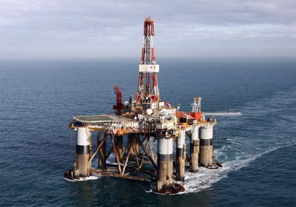 Plataforma petrolífera en el mar